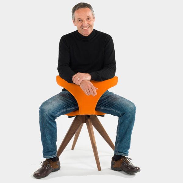 Mann verkehrt auf stuhl